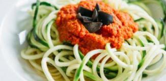 Sirove špagete od tikvica s umakom od rajčica