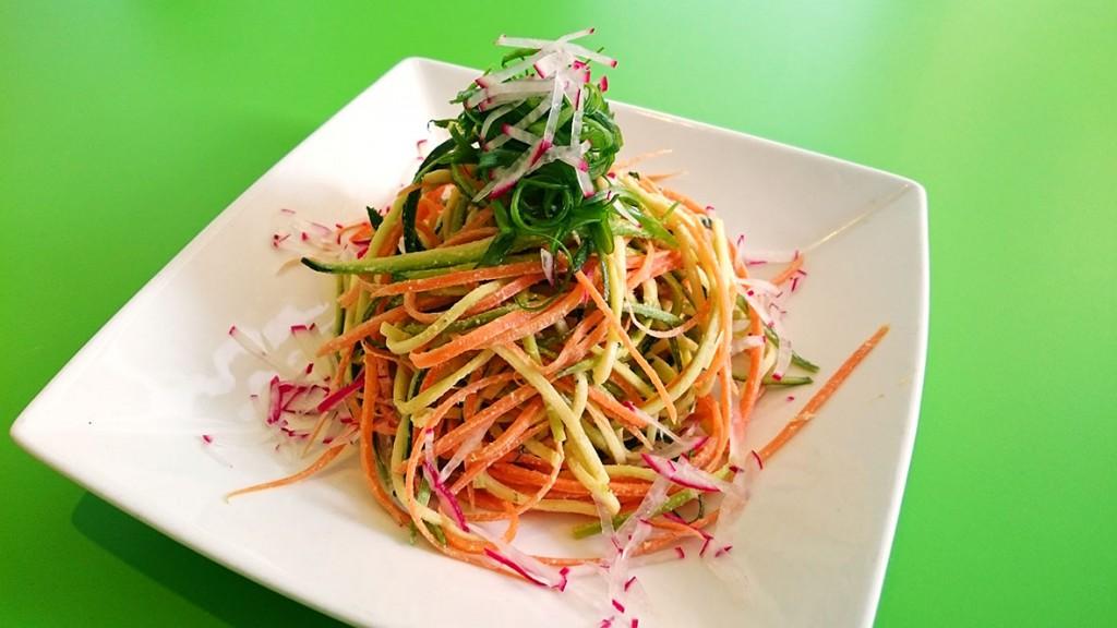 Sirovi špageti sa suhim povrćem (tikvica, mrkva i sviježi krastavac), umak od indijskih oraščića, umak od oraha, suhi špinat i pesto od rajčice.
