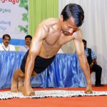 KJ Joseph, ayurvedski liječnik i vegan iz Indije, oborio Guinnessov svjetski rekord - 82 skleka u minuti, 2092 skleka u sat vremena i lomljenje željeznih šipki golim rukama.
