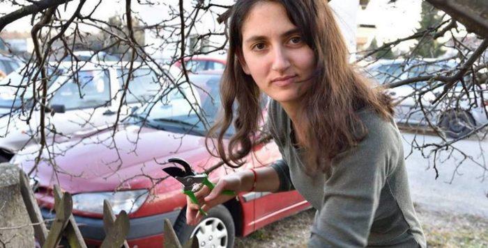 """Miroljubiva vrtlarica Marija Zrnić poručuje: """"Upotrebljavajte škare za obrezivanje suhih grana na voćkama, a ne za masovno spolno sakaćenje pasa i mačaka."""""""
